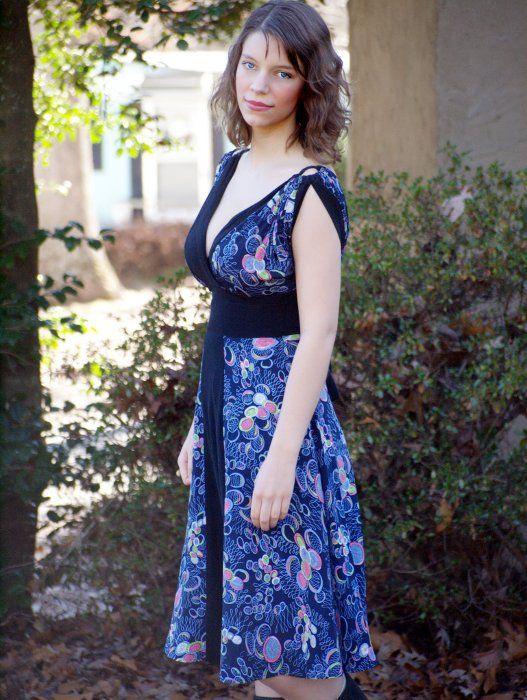 Big Bust Role Models: Brittany, blogger of Thin and Curvy works her curves by accentuating that gorgeous waist. #curvy
