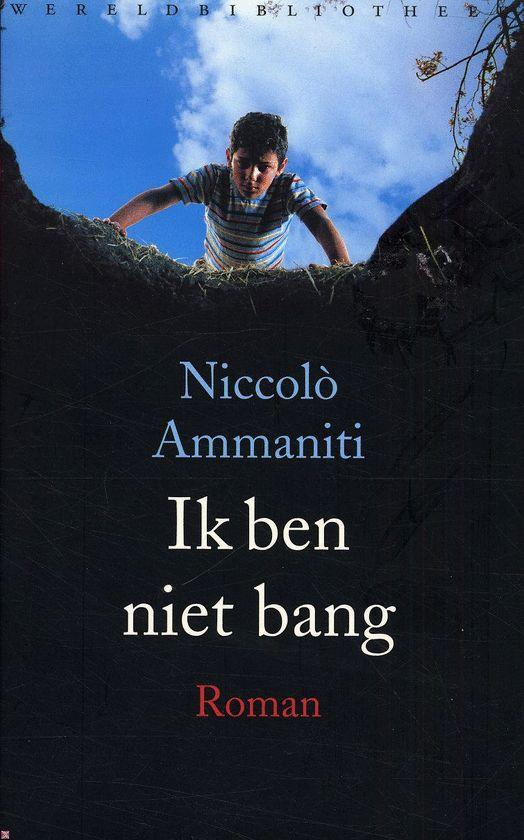 Ik Ben Niet Bang, Niccolò Ammaniti 2001 Het is de heetste zomer van de twintigste eeuw. De setting: een kleine gemeenschap, bestaande uit vijf huizen, omringd door korenvelden. Terwijl de ouderen binnen schuilen tegen de hitte, trekken zes kinderen er op hun fietsen op uit, in de door de zon geteisterde, desolate omgeving. De negenjarige Michele Amitrano stuit op een geheim, een geheim dat zo indrukwekkend en zo verschrikkelijk is dat hij niemand erover durft te vertellen.