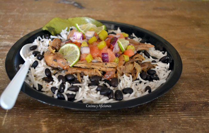 Pollo al estilo jamaicano en adobo jerk, arroz con frijoles y una versión de la ensalada criolla