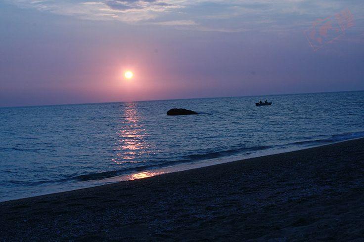 """Lefkada, es la isla de turismo nacional griego. Así que si te gustan las playas literalmente vírgenes, aquí, tienes infinidad de playas para elegir la que más te agrade. El país Heleno, ha unido la isla al continente por un impresionante puente que al atravesarlo no podrás creer lo magno de su infraestructura. Lefkada, cuyo nombre significa """"blanco"""" debido a lo blanco de su arena, es una la isla que brinda también una conjugación de montaña y playa."""