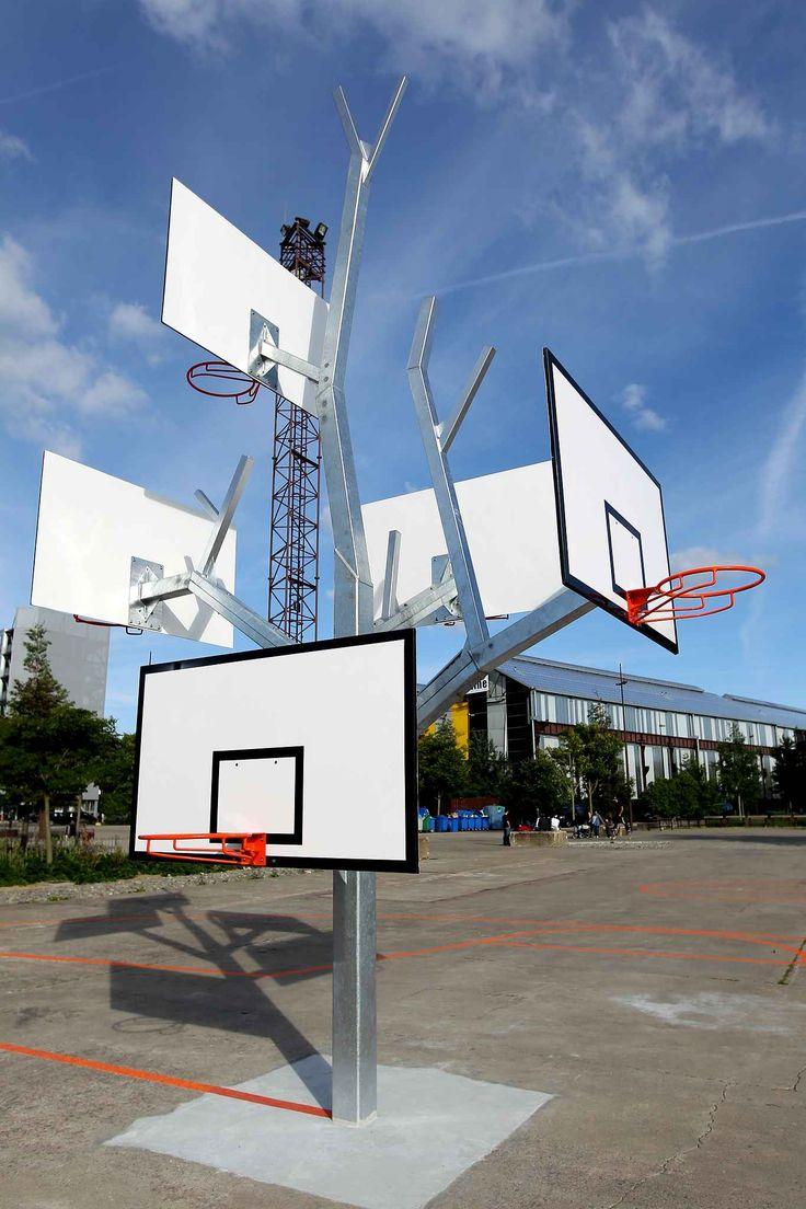 Une partie de basket endiablée pour petits et grands se déroule sur L'arbre à basket face à la maison des Hommes et des Techniques.  #Nantes #France #Basketball