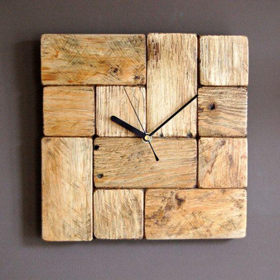 Hölzerne Wanduhr aus der wiedergewonnenen Palette Holz.    Diese Uhr wurde durch meine 10 jährige Tochter entwickelt. Hergestellt aus kleine Blöcke von Paletten Holz mit kornorientierter in verschiedene Richtungen. Gesicht wird durch Bienenwachs fertig stellen geschützt, die das rustikale Aussehen verleiht.    Diese Uhr zu kaufen kaufen Sie einzigartiges Möbelstück die großen in jedes Interieur und speziell der modernen aussehen wird.  Jede Uhr, die wir machen, ist einzigartig und nur…
