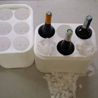 Opakowanie na wino - wymiary zewnętrzne: 320 x 220 x 390 mm. Wymiary wewnętrzne: dwa wymiary otworu na butelkę Ø 75 mm o wysokości 340 mm oraz Ø 88 mm o wysokości 320 mm Grubość ścianki: 20 mm Pojemność: - 6 x 1,9 litra. Opakowanie do transportu doskonale izoluje wino przed warunkami atmosferycznymi = https://www.facebook.com/media/set/?set=a.1396335870430943.1073741850.420625448001995&type=3