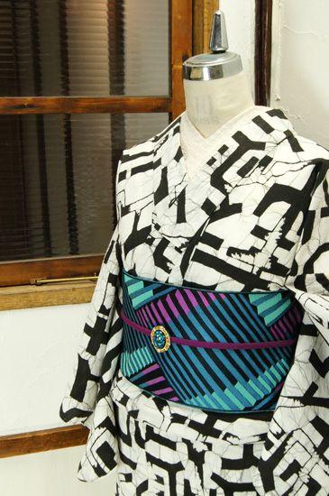 ろうけつ染調の氷割れ模様も味わい深いジオメトリカルパターンがモダンで印象的な注染レトロ浴衣です。 #kimono
