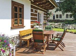 Prostorná dřevěná terasa nabízí spoustu místa k posezení, pro květiny i k dětským hrám
