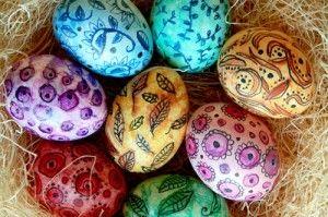 uova colorate con matite acquarello