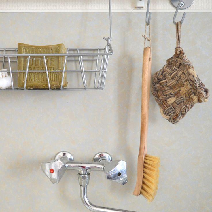 Dans ma démarche écologique et éco-responsable, je me suis aperçue d'un truc tout bête, c'est que ma façon de faire la vaisselle à la main (pas de lave-vaisselle malheureusement… pourtant très économique en eau et en produit ménager) ne correspondait pas à mes principes. J'utilisais des éponges traditionnelles (des grattounettes jaunes et vertes) et du liquide vaisselle, qui bien qu'étant appelé « écologique » sur l'étiquette, était source …