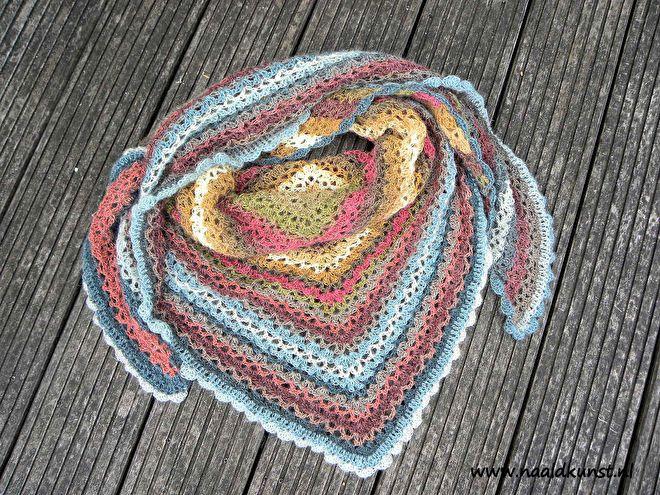 Katia Stella, een prachtig verloopgaren met heel veel meters!! Een bol van 100 gram heeft 550 meter!!Materiaal: 80% acryl - 10% wol - 10 Alpaca, heel zacht! Brei-naalddikte 5 - 6Haaknaalddikte 4 - 5 (afhankelijk hoe los je hem wilt hebben)Voor een omslagdoek/sjaal heb je genoeg aan 1 bol, wil je een hele royale dan heb je er 2 nodig. (bovenstaande foto heb ik 2 bollen gebruikt: kleur 72 + 71 met haaknaald 5)Onderstaande royale sjaal is 2 bollen, gebreid op naalden 5:Je krijgt een gra...