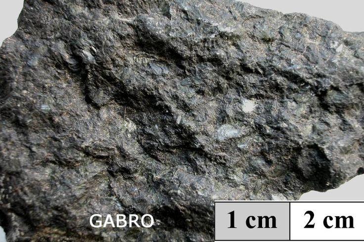 Gabro.Es una roca ígnea o magmática plutónica ,granulada,muy compacta .......