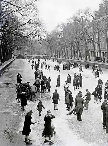 AMTERDAM - Schaatsen op de Amsterdamse grachten. 1 mei 1941 Wo, Oorlogsjaren. ANPFOTO/ Co Zeylemaker