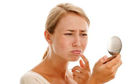 (Zentrum der Gesundheit) - Herpes tritt immer dann auf, wenn man die schmerzenden Lippenbläschen am wenigsten gebrauchen kann, wie etwa vor einem wichtigen Geschäftstermin oder gar der eigenen Hochzeit. Oftmals wirken die herkömmlichen Medikamente nicht wie gewünscht und es kann bis zu zwei Wochen dauern, bis die Symptome verschwunden sind. Natürliche Massnahmen helfen oft besser und vor allem langfristig so, dass Herpes – und zwar nicht nur Lippenherpes, sondern auch Genitalherpes –…