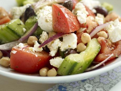 Grekisk sallad med kikärter  Receptbild - Allt om Mat