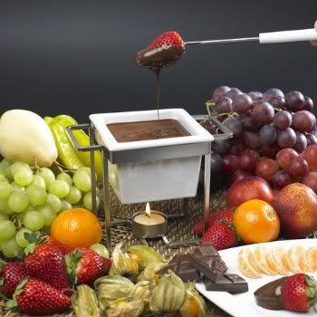 Fondue de chocolate. Delicioso para um jantar romântico.    Mais receitas em: http://www.receitasdemae.com.br/receitas/fondue-de-chocolate/