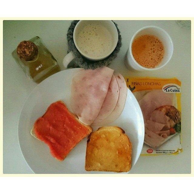 ¡Buenos días! Antes de venir a la oficina hemos desayunado muy sano. Café con leche, zumo de naranja y zanahoria y tostaditas con tomate y pollo relleno de La Cuina @lavidadepaextendida