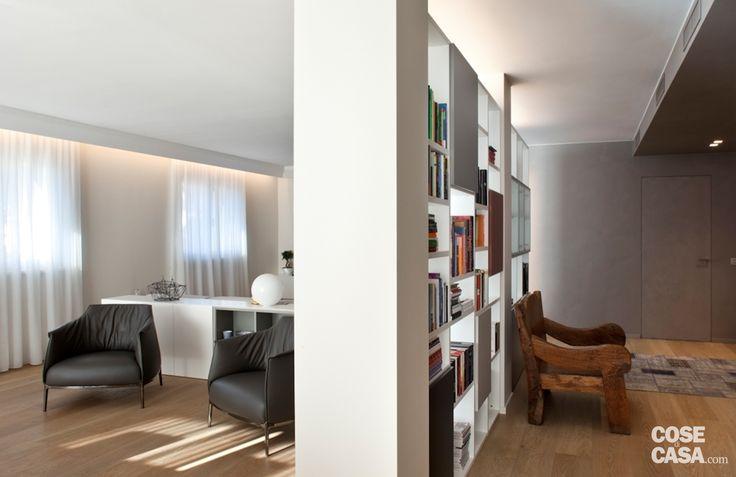 soluzioni da copiare nella casa su due piani: spazi suddivisi con i mobili, pilastro invisibile nella libreria che separa, percorso decorativo di piastrelle esagonali...