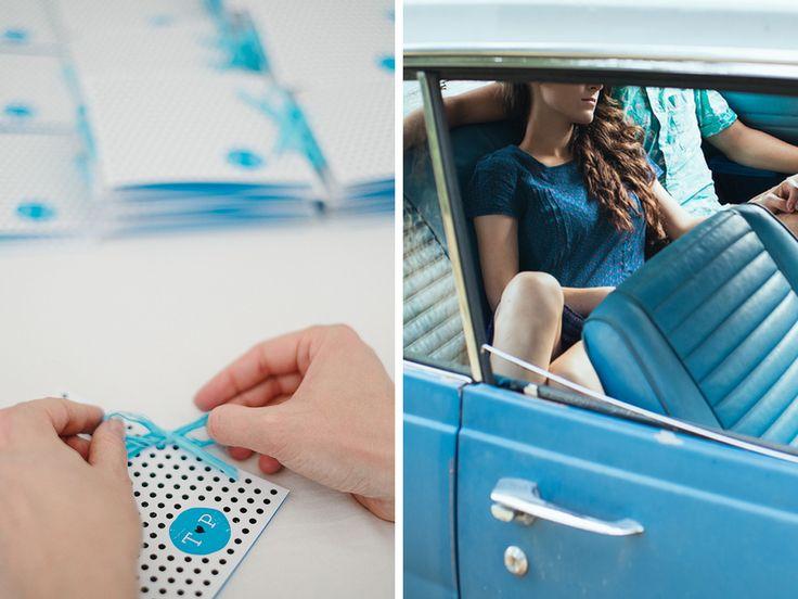 Bodky. Veľa, veľa bodiek. Aj také boli 60-te roky. Prenieslil sme sa v čase a vytvorili svadobné oznámenie Swing. Je otváracie, vytlačené na 300g recyklovanom papieri a uviazané lykovou stužkou.