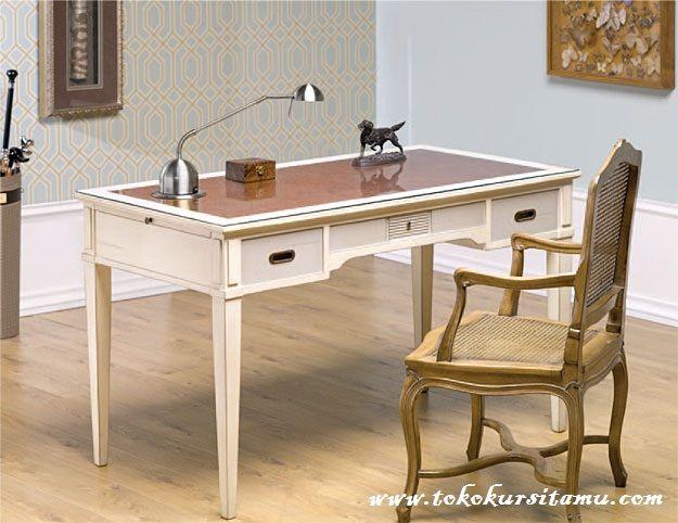 Meja Belajar Kombinasi Rotan MJB-006 ini tampil dengan desain klasik nan elegan dengan material kayu jati dikombinasikan anyaman rotan