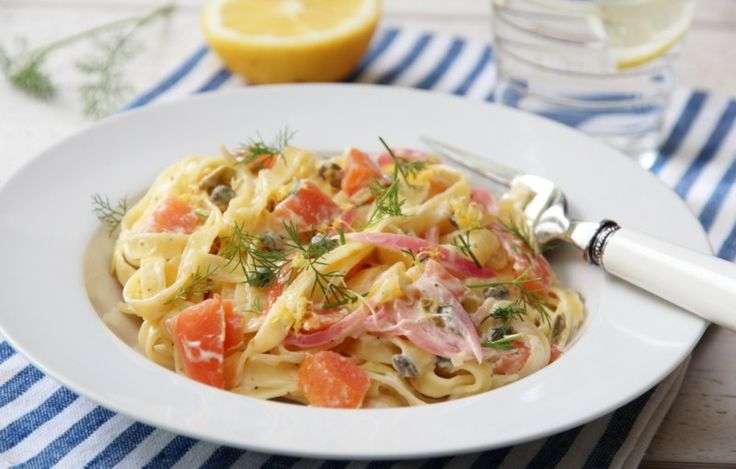 Enkle og kjappe pastaretter blir ofte redningen på travle ettermiddager for oss, og med denne får du også med en rekke gode smaker på kjøpet. Kombinasjonen røkt laks, kapers og sitron er nemlig kje…