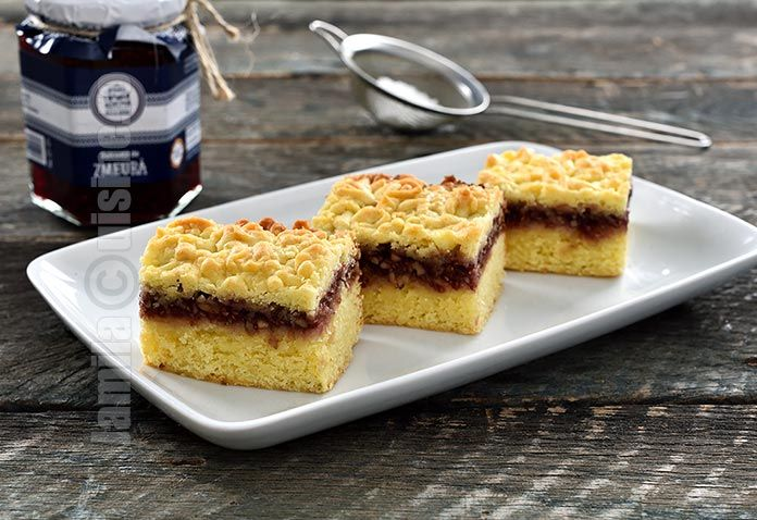 Reteta de prajitura cu aluat razuit este una dintre retetele copilariei mele. Iubesc acesta prajitura pentru gustul ei dulce-acrisor si pentru combinatia
