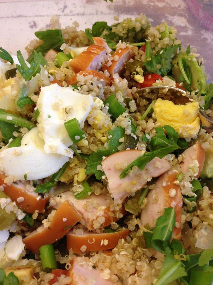 Lunchsalade van guinoa met gerookte kipfilet, avocado, gekookte eieren, bosuitje, rucola, olijfolie, hennepzaad, zonnebloempitjes en sesamzaad.