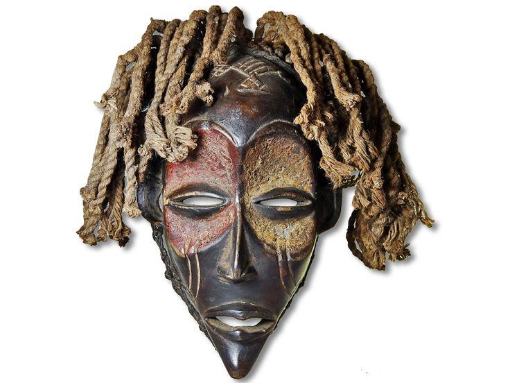Hier können Sie eine dekorative Chokwe Maske erwerben. Diese Maske vom Stamm der Chokwe wurde in kunstvoller Handarbeit aus Holz geschaffen und mit einem Kopfkorb ausgestattet. Diese traumhafte Chokwe Maske hat eine Höhe von ca. 32cm. Zögern Sie nicht im Entferntesten und kaufen Sie jetzt.#ChokweMaske #MaskevomStammderChokwe #Chokwe #Wandmaske #Holzmaske