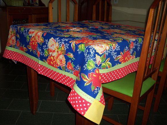 Toalha de mesa em chita ,barra em patchwork e pontos decorativos para mesa de 4 lugares R$ 58,00