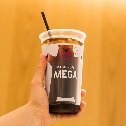 【ローソン40周年記念商品】アイスコーヒー(M)の約2倍!?数量限定「マチカフェ メガアイスコーヒー」は、かわいいくまさん模様のカップが目印です(^^)♪ http://lawson.eng.mg/d5e0c