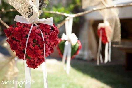 Fiori a forma di cuore per addobbare il matrimonio, creazione di WeddinProgress