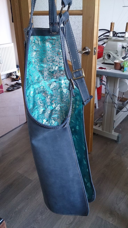 Синий фартук из натуральной кожи на шелковой подкладке цвета лазури с цветами. Цена 7500 руб.