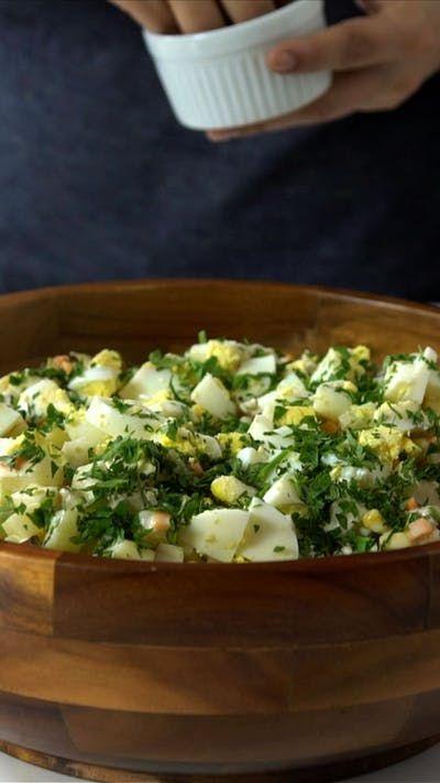 Uma receita simples, fácil e super refrescante, a clássica salada de maionese não pode faltar nas festas de fim de ano!