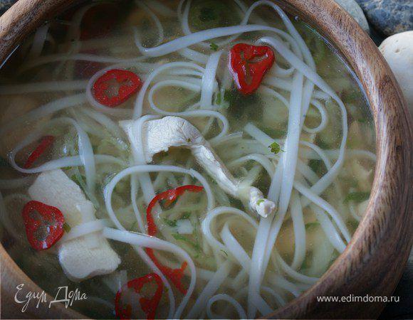 Тайский куриный суп. Ингредиенты: куриное филе, рисовая лапша, капуста белокочанная