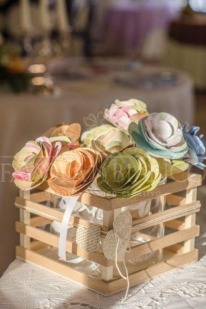 Wedding Centerpiece with paper flowers - Centrotavola in legno con fiori di carta, tutto realizzato a mano
