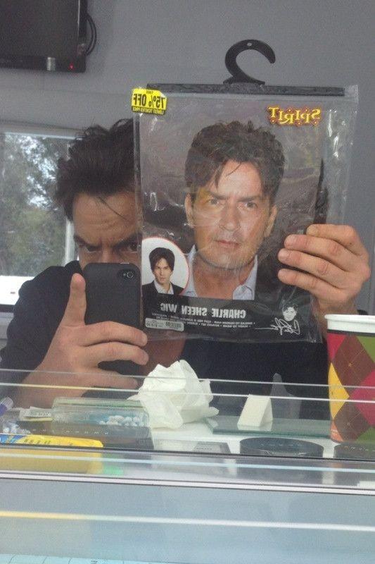 amikor Charlie Sheen hozza meg Charley Sheen parókát munkahelyi  ez & # 039; s lesz egy legalább goooooooood napon a barátoknál c