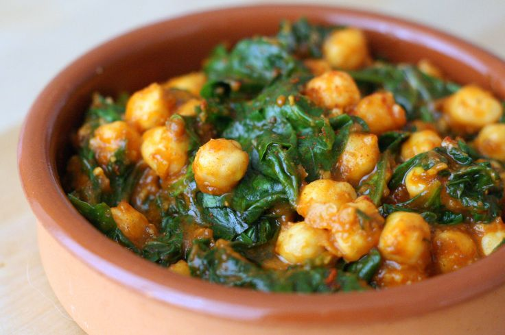 Espinacas con garbanzos #recipe. A classic Spanish tapas recipe that's vegetarian and vegan friendly!