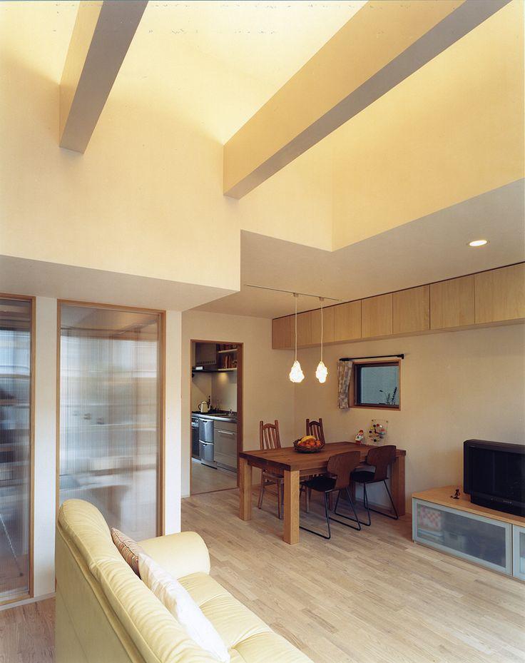 この写真「梁にアッパーライトを取り付け意匠的な意味を持たせた、吹き抜けのあるリビング・ダイニング」はfeve casa の参加建築家「鐘撞正也/フリーダムアーキテクツデザイン株式会社」が設計した「カジュアルなローコスト住宅」写真です。「ナチュラル」に関連する写真です。「自然素材の家 」カテゴリーに投稿されています。