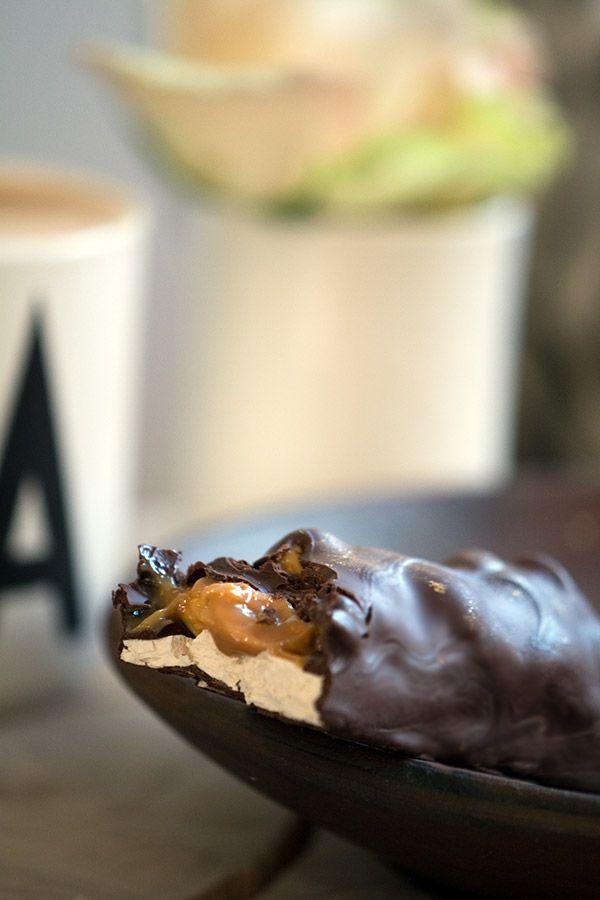 Peanuts og karamel er en himmelsk kombination og det bliver kun bedre med chokolade og nougat - opskrift på hjemmelavet snickers her