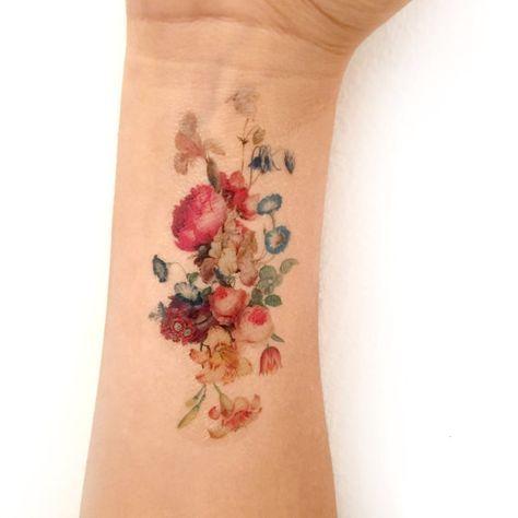 Vintage floral tatouage temporaire. Bouquet frais de tatouage de fleurs.  Les femmes, la