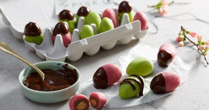 Fyllda ägg med kanderad mandel, nougat och mandelmassa som du kan dekorera fint med smält choklad. Testa också att kandera hasselnötter och göm i mandelmassan istället om du vill!