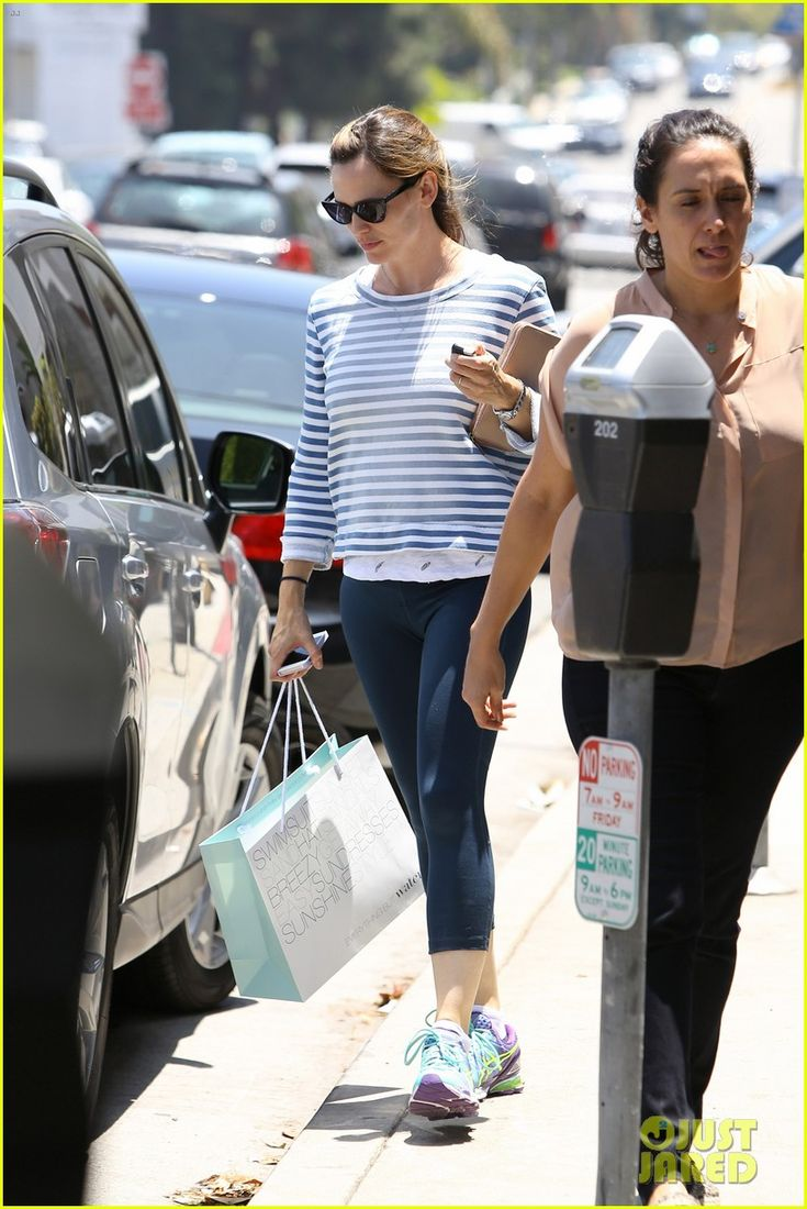 Jennifer Garner Preps for Summer by Shopping for Swimsuits!   jennifer garner shops for swimsuits 01 - Photo