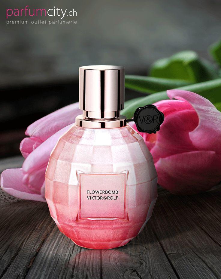 Kosten Sie sich den Cocktail aus frischen Zitrusfrüchten und frisch gepflückten Blumen aus. Viktor & Rolf Flowerbomb La Vie En Rose 2016 Sparkling
