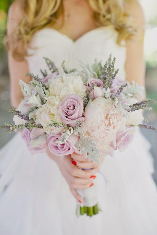 ウェディングセレモニーで新しい門出に向かう花嫁の心を運ぶ大切なブーケ。ドレスと組み合わせたり、テーマと組み合わせたり…選び方は人それぞれ。今回は今流行のウェディングスタイル、『シャビーシック』スタイルウェディングと『BOHO(ボーホー)』スタイルウェディング、2種のスタイルにぴったりの素敵なブライダルブーケたちを春夏秋冬、オールシーズン集めました。