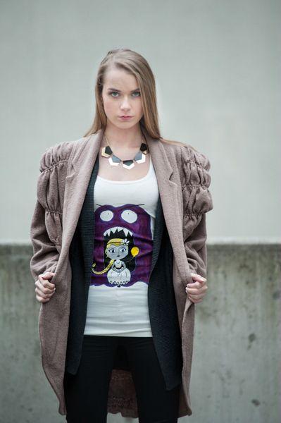 Dziewczynka i potwór - koszulka malowana ręcznie w Mystic Machine na DaWanda.com
