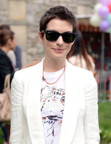 Anne HathawayShort Hair, Stella Mccartney, Hair Cut, Shorts Haircuts, Boys Cut, Shorthair, Ray Bans Sunglasses, Shorts Hairstyles, Anne Hathaway