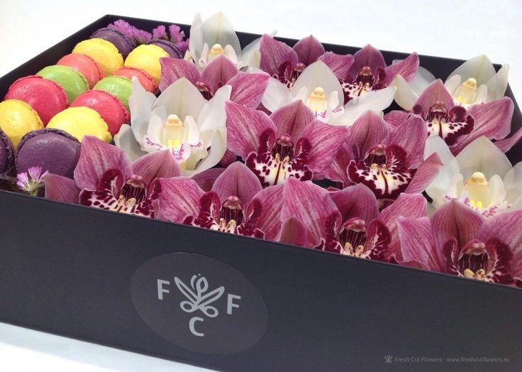 Орхидеи и макаруны. Орхидеи в коробке. Пирожные макаруны.