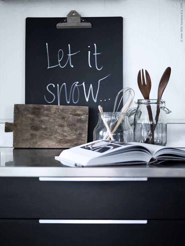 ENSIDIG vas och glasburken KORKEN fungerar som förvaring för slevar och köksredskap. Salladsbestick STOCKHOLM. På skrivplattan VÄLBEKANT kan du klämma fast recept eller lämna ett meddelande till tomten... Stylist Pella Hedeby.