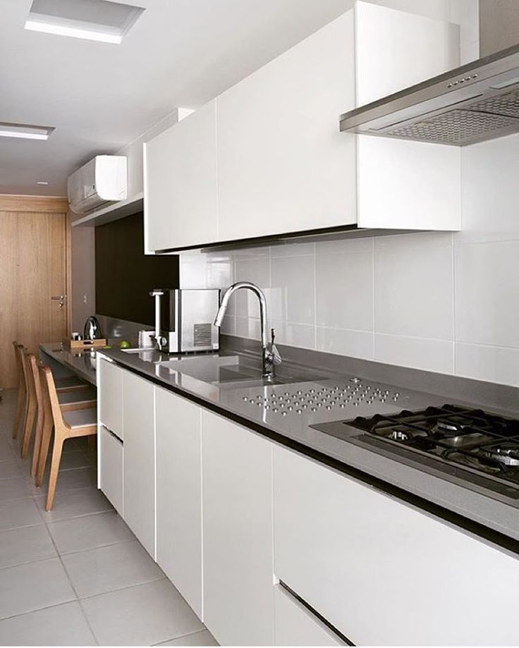 """""""Cozinha l Marcenaria branca com puxador cava e bancada de inox, deixaram esta cozinha super clean! Projeto @yamagataarq #kitchen #cocina #gourmet #cozinha…"""""""