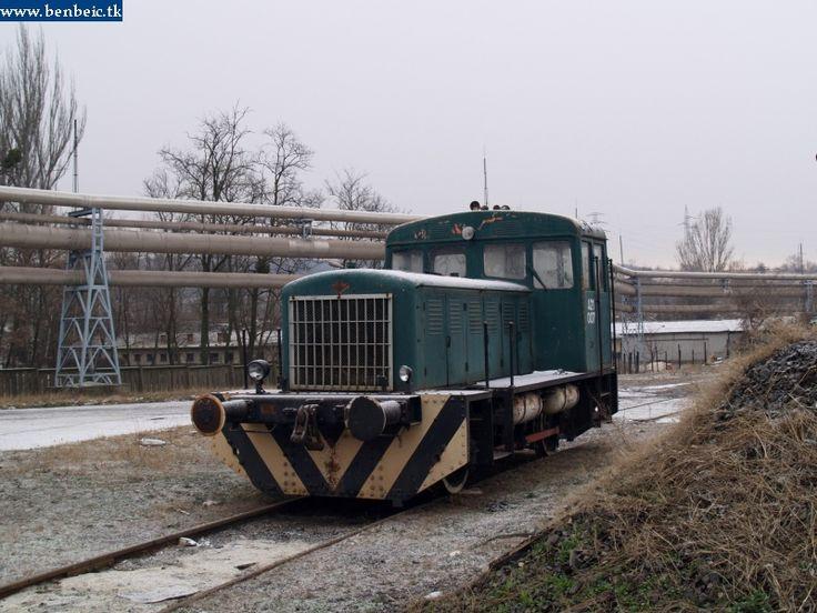 Ez az árva mozdony rosszabb állapotban van, de õ is dolgozik. Egy harmadik társuk, egy NDK A26-os éppen javít. kép