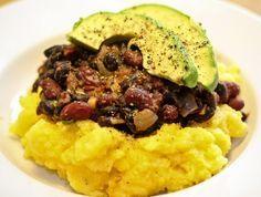 Mexikanische schwarze Bohnen mit Polenta - fertig zum Servieren
