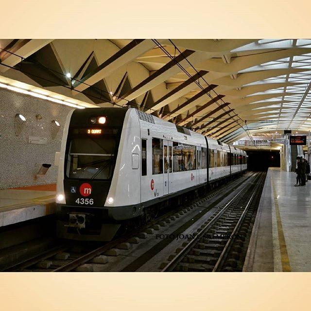 Tren del Metro de València de la sèrie 4300 direcció Quart, en viatge especial amb motiu de la celebració de les Falles, a l'estació Alameda de l'arquitecte Santiago Calatrava