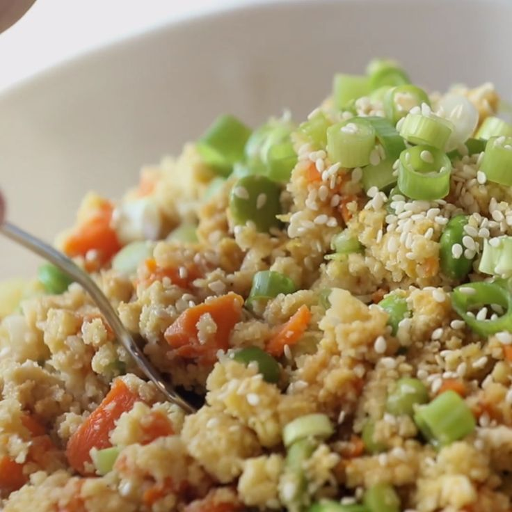 15 Minute Cauliflower Fried Rice – healthy + clean fried rice made with cauliflower, carrots, onions, garlic, eggs/tofu, and sesame oil! 180 calories per serving. Vegetarian / vegan / gluten free. #vegan #glutenfree #vegetarian #dinner #easy #recipe #healthy | pinchofyum.com – Tayler Genders